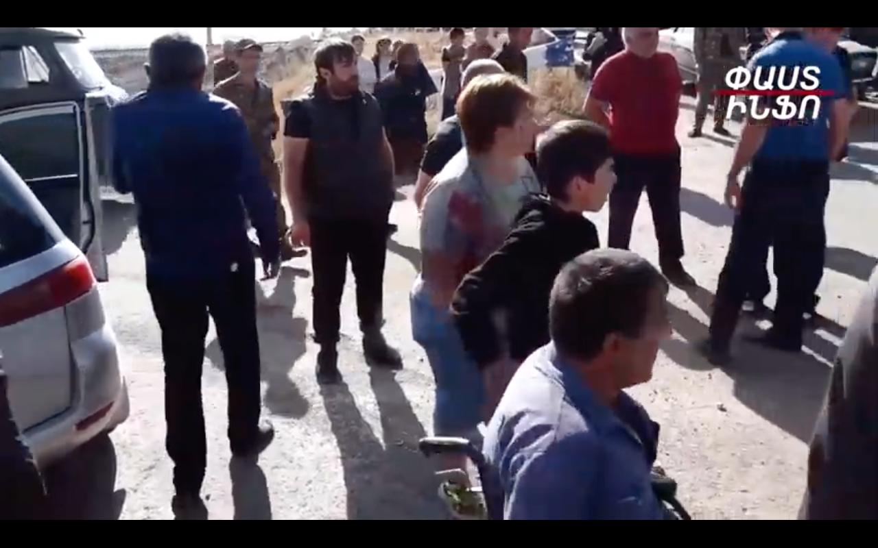 Ոստիկանը նստասայլկով քաղաքացուն նկատողություն արեց Փաշինյանին Նիկոլ ասելու համար. տեսանյութ